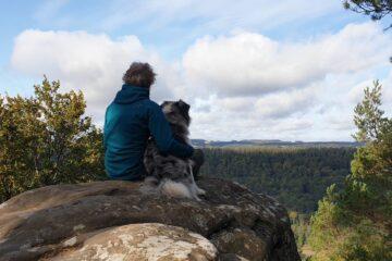 Sandra Ostendorf en hond Kenay genieten van het uitzicht