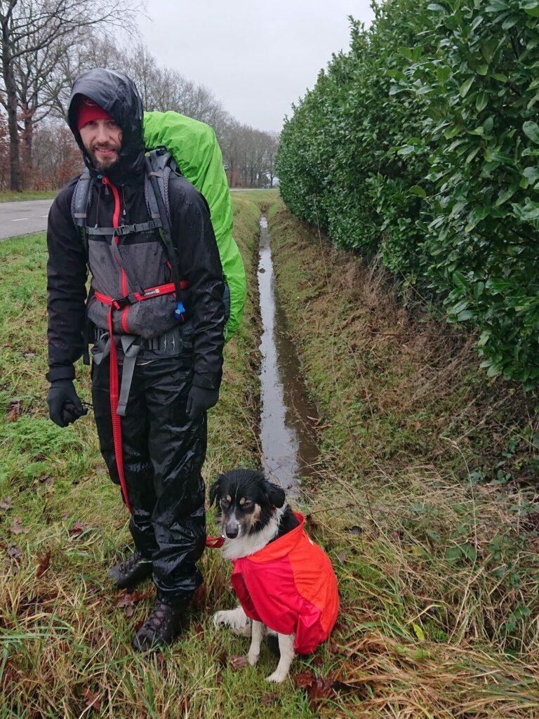Voorbereiding voor bergtocht met hond_3