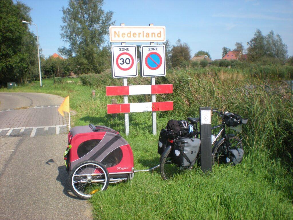 Fiets voor bord Nederland_Fietsvakantie met hond