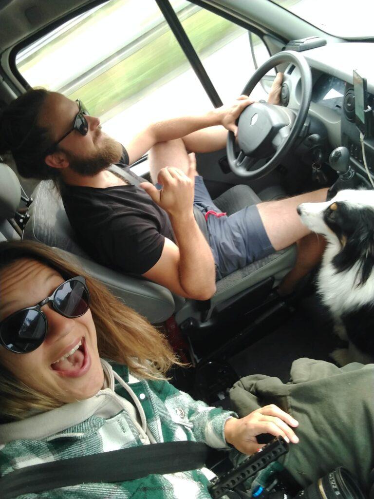 Rijden met hond in een camperbus